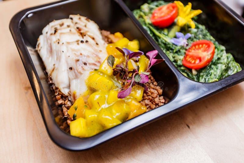 Comida sana y concepto de la dieta, entrega del plato del restaurante Llévese de comida de la aptitud imagenes de archivo