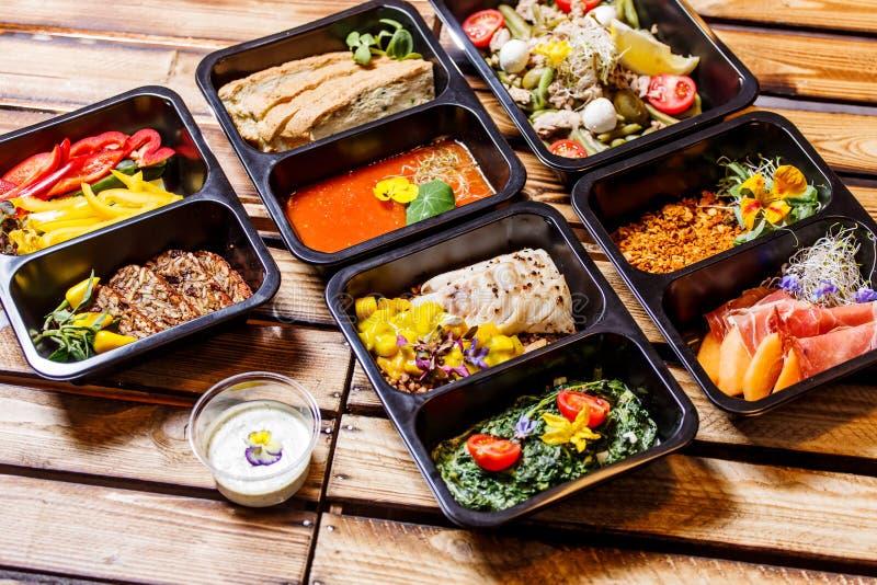 Comida sana y concepto de la dieta, entrega del plato del restaurante Llévese de comida de la aptitud imagen de archivo