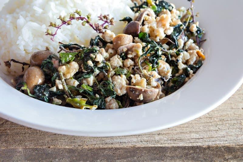 Comida tailandesa, arroz rematado con cerdo picadito sofrito y albahaca fotografía de archivo