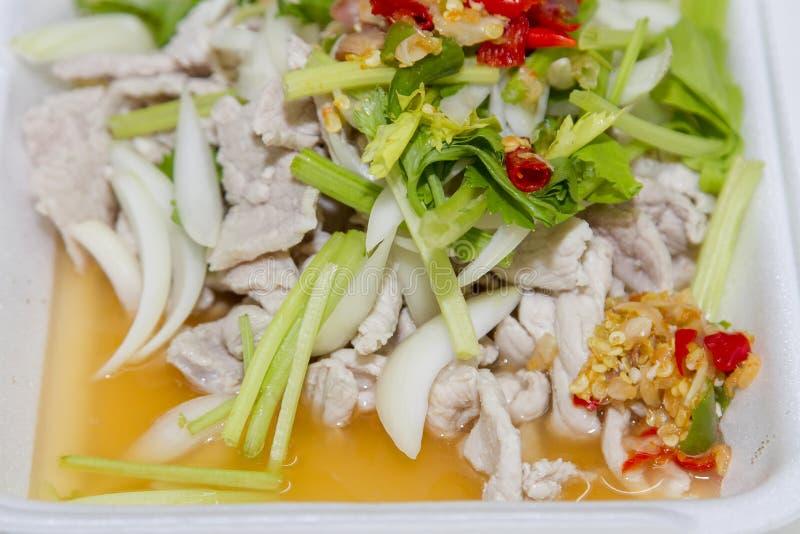 Comida tailandesa, cerdo del limón en la caja blanca de la espuma imagenes de archivo