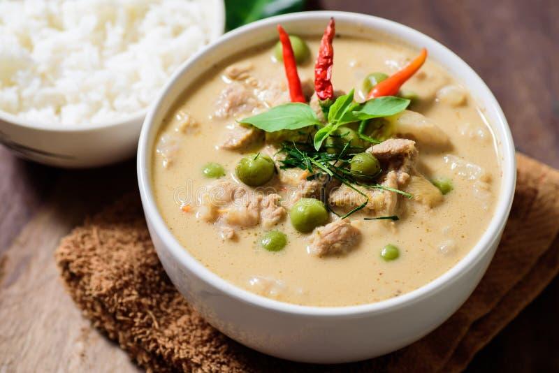 Comida tailandesa, curry rojo con cerdo y arroz cocinado fotografía de archivo
