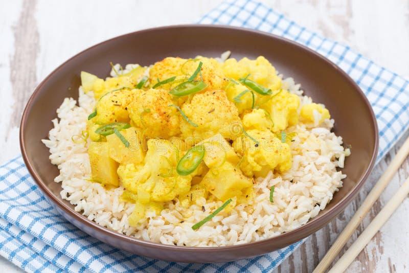 Comida tailandesa - curry vegetal con la coliflor y el arroz, primer fotos de archivo libres de regalías