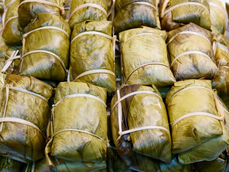 Comida tailandesa de la calle, arroz pegajoso cocido al vapor en la hoja del plátano, Khao Tom Mat foto de archivo libre de regalías