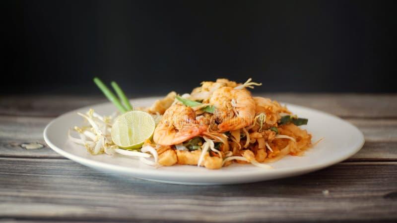 Comida tailandesa de la calle, tallarines fritos fotografía de archivo