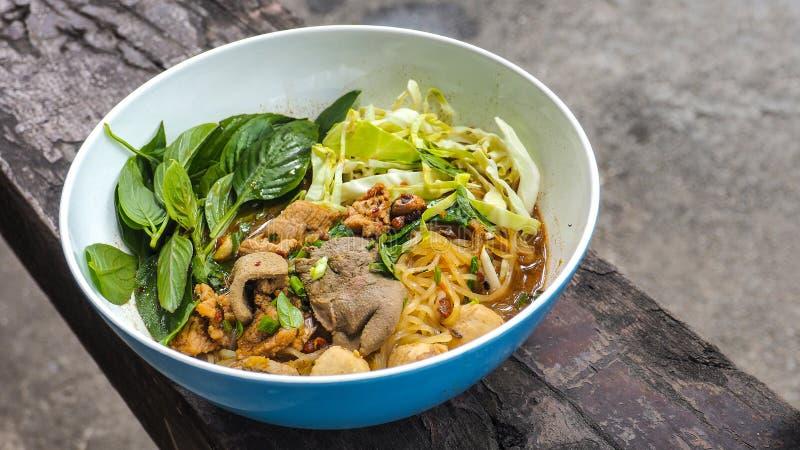 Comida tailandesa del cerdo de los tallarines del barco en cierre de madera para arriba foto de archivo