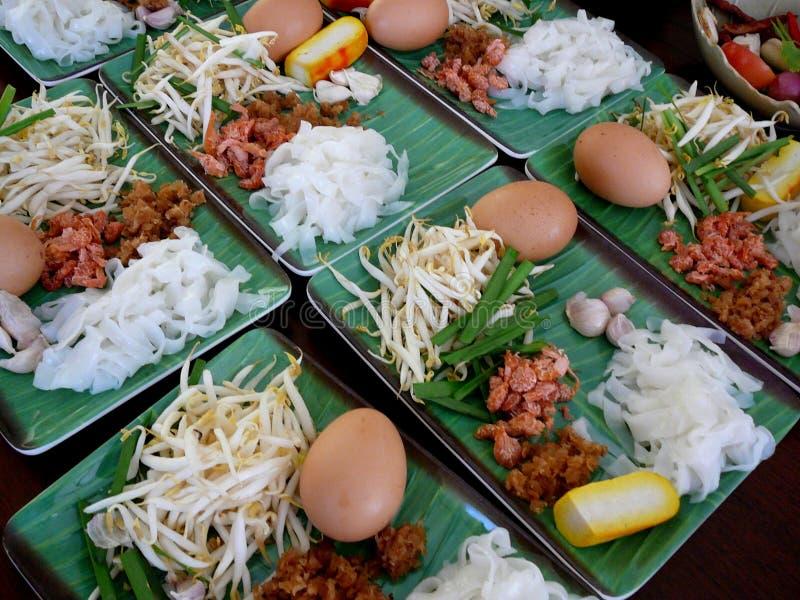 Comida tailandesa en las placas verdes foto de archivo