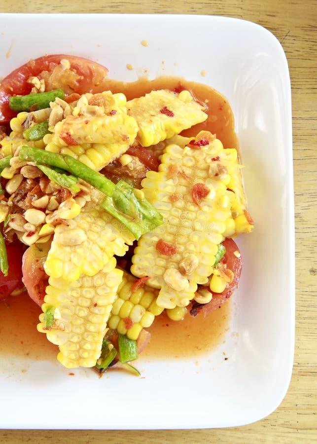 Comida tailandesa, ensalada de maíz con la preparación amarga picante salada. fotografía de archivo libre de regalías