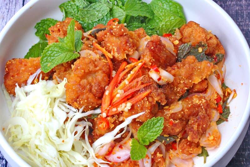 Comida tailandesa, ensalada de pollo frita curruscante picante fotos de archivo