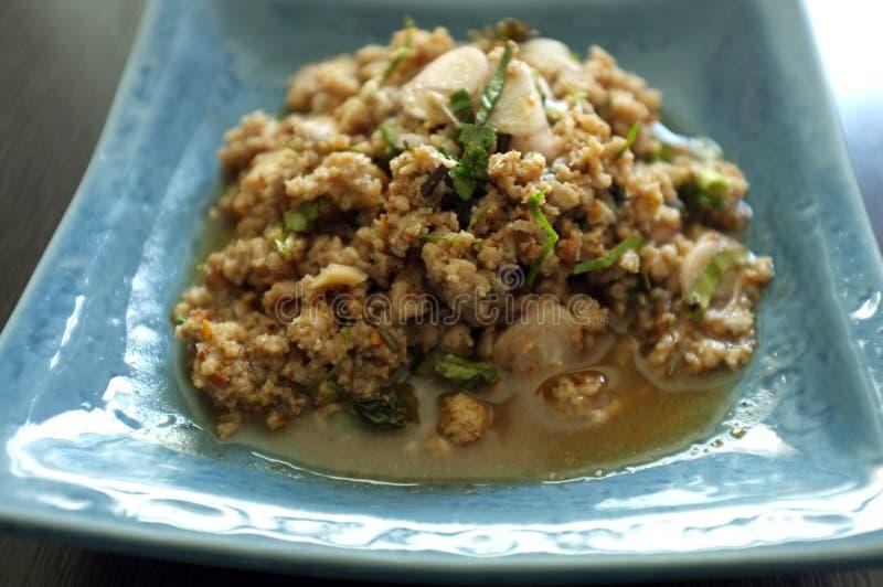 Comida tailandesa, ensalada picadita picante de los pescados imagen de archivo