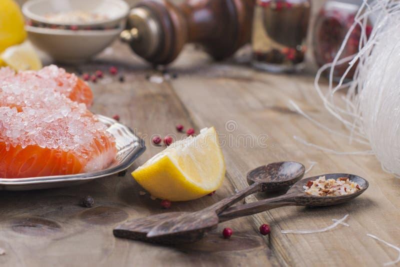 Comida tailandesa, ingredientes Tallarines y salmones de arroz, limón y especias alimento dietético Sabi del wabi de Stil Aliment imágenes de archivo libres de regalías