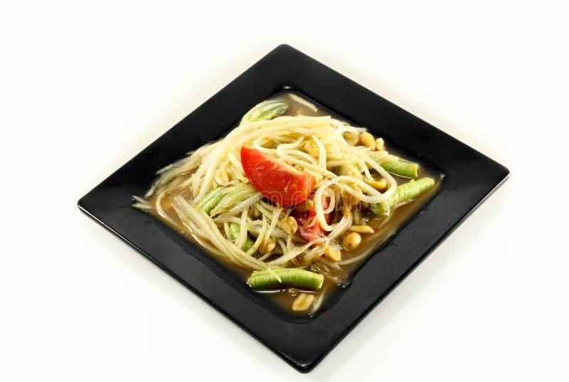 Comida tailandesa la ensalada o el somtum de la papaya en plato en el fondo blanco fotografía de archivo libre de regalías