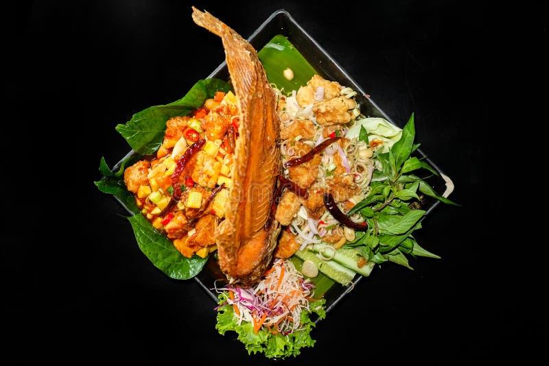Comida tailandesa, pescado frito con picante imagenes de archivo