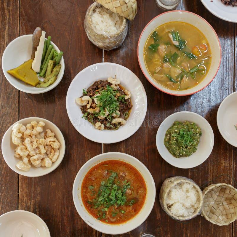 comida tailandesa septentrional de la tradición de la visión superior Concepto tailandés de la comida en tabl foto de archivo libre de regalías
