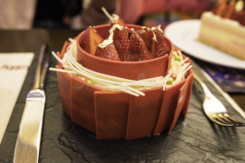 Comida, torta plateada, visión desde arriba, torta roja del terciopelo del chocolate rojo fotos de archivo