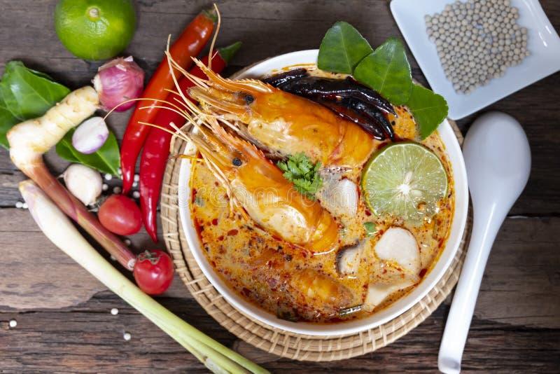 Comida tradicional de la sopa amarga picante de la sopa de Tom Yum Goong o del camar?n en Tailandia imagen de archivo libre de regalías