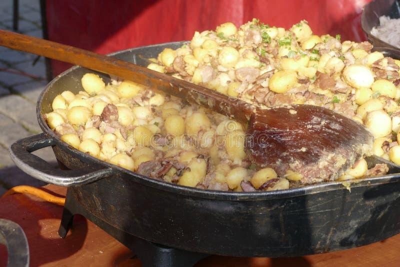 Comida tradicional del slovak halusky en un pote grande fotos de archivo libres de regalías
