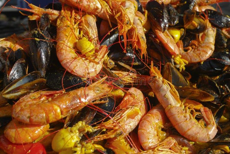 Comida tradicional preparada fresca - paella con los schrimps, gambas, fotos de archivo