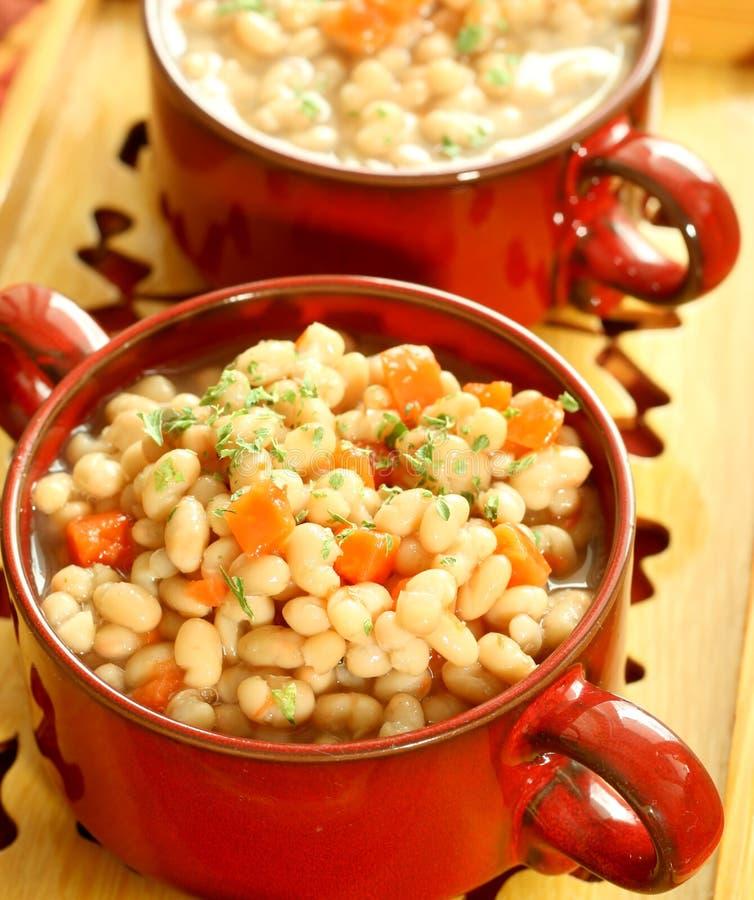 comida vegetal de habas y de zanahorias imagenes de archivo