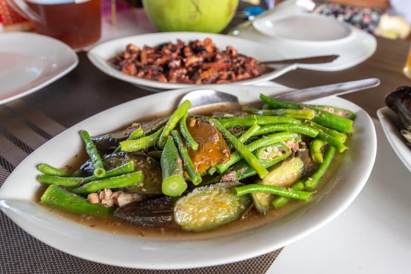 Comida vegetal filipina tradicional - Pinakbet foto de archivo