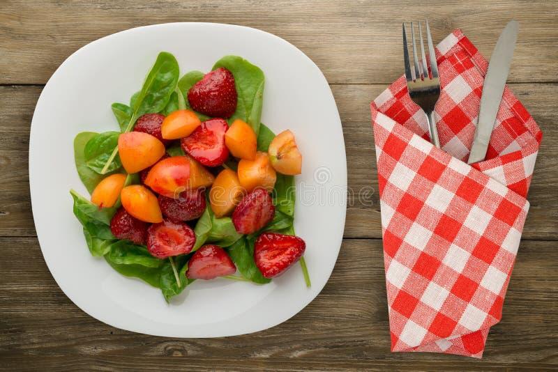 Comida vegetariana Alimento sano una ensalada de la espinaca, albaricoque, str imagen de archivo libre de regalías