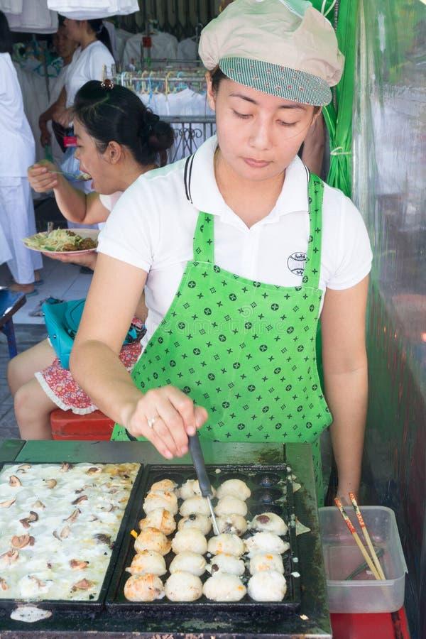 Comida vegetariana de servicio en el festival vegetariano anual de Phuket fotos de archivo libres de regalías