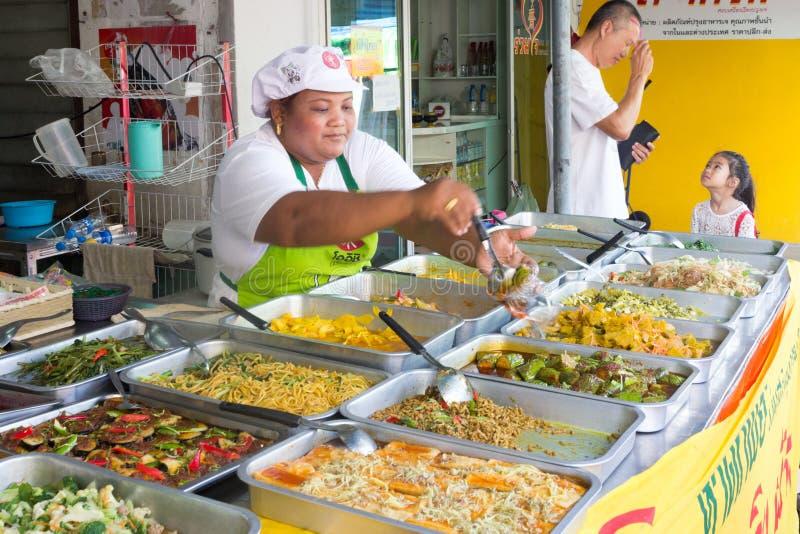 Comida vegetariana de servicio en el festival vegetariano anual de Phuket, PHuket, Tailandia imagenes de archivo
