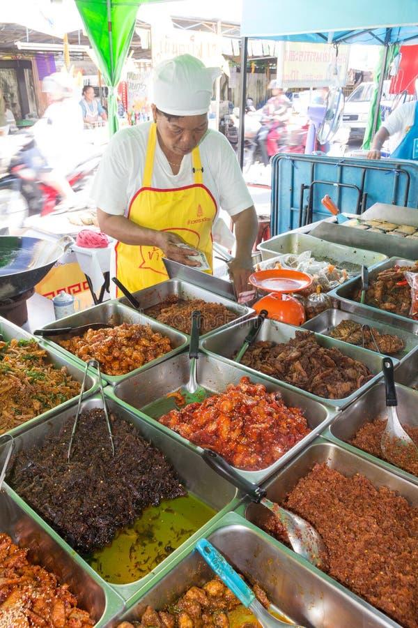 Comida vegetariana de servicio en el festival vegetariano anual de Phuket fotografía de archivo
