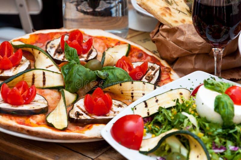 Comida vegetariana en el restaurante imagen de archivo