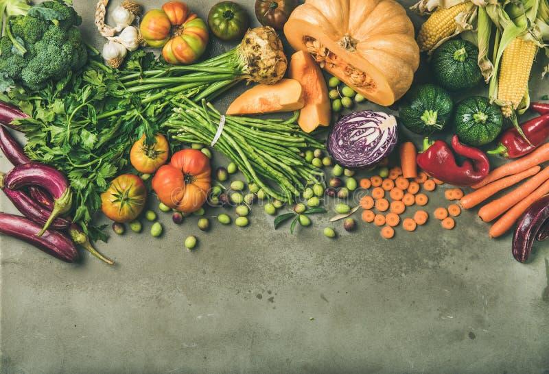 Comida vegetariana sana de la caída que cocina el fondo con las verduras frescas fotografía de archivo