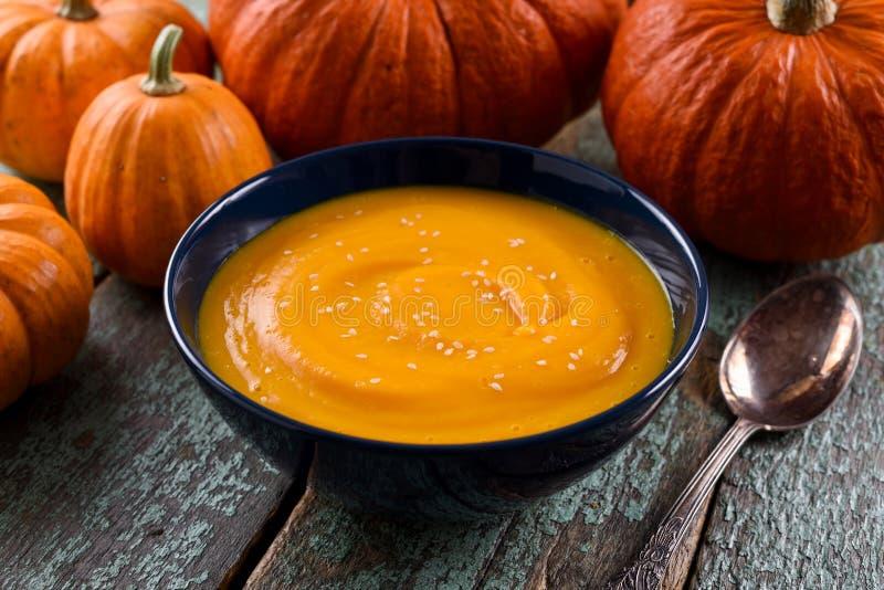 Comida vegetariana sana Sopa simple de la calabaza con las semillas de sésamo d fotos de archivo