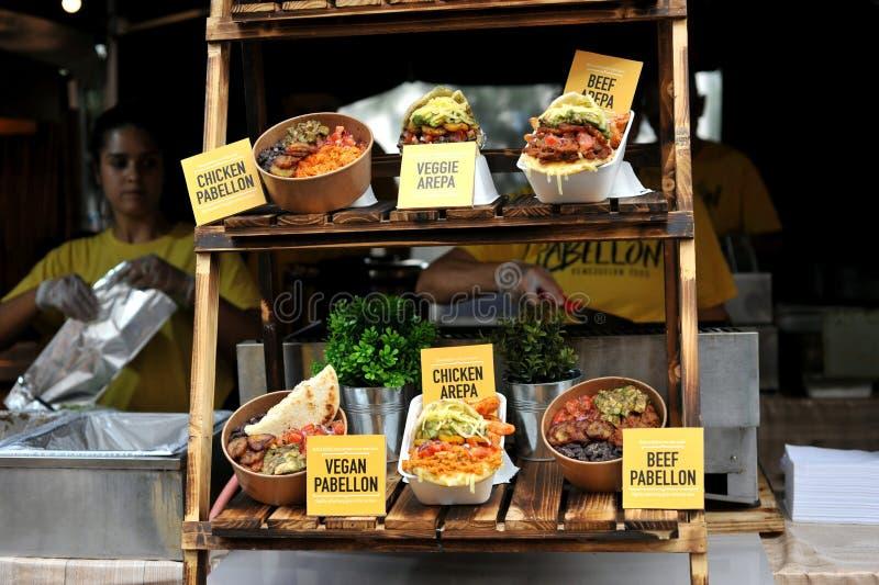 Comida venezolana de la calle en Londres, Inglaterra que sirve Pabellon fotografía de archivo libre de regalías