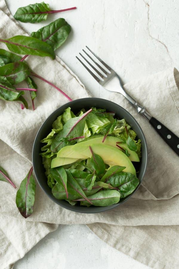 Comida verde del desayuno del vegano en cuenco Consumición limpia, adietando, concepto de la comida del vegano imagen de archivo libre de regalías