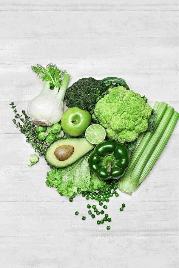 Comida verde fresca orgánica en el fondo blanco imágenes de archivo libres de regalías
