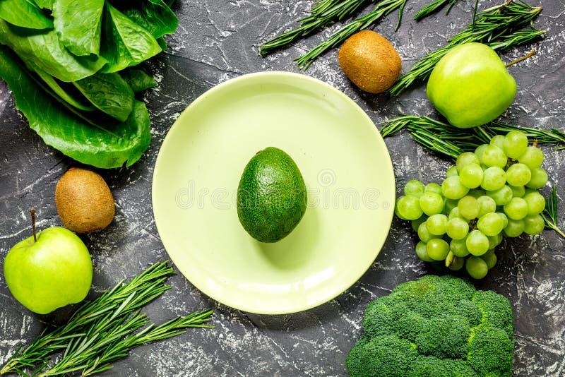 Comida verde sana con las verduras frescas en la opinión superior del fondo oscuro de la tabla fotos de archivo libres de regalías