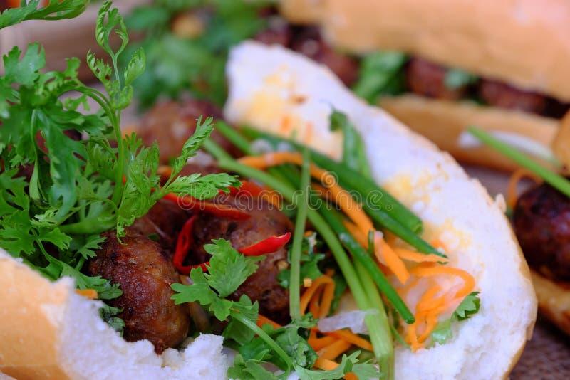Comida vietnamita de la calle, nuong del thit del MI del banh imagen de archivo libre de regalías