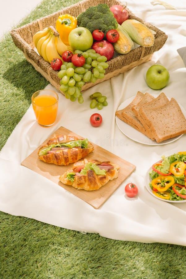 Comida y accesorios sanos comida campestre al aire libre del verano o de la primavera, pi imagen de archivo libre de regalías