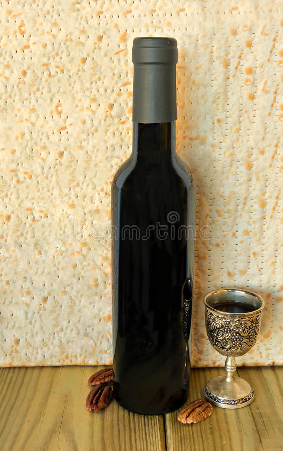 Comida y bebida tradicionales para la pascua judía judía fotografía de archivo libre de regalías
