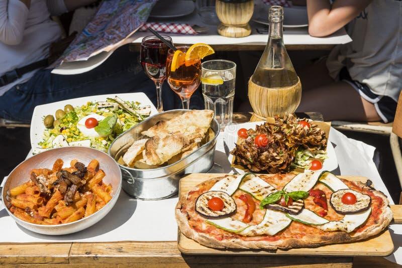 Comida y beveridge italianos Roma imagen de archivo