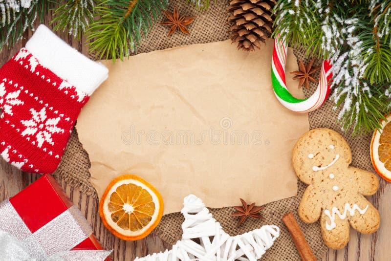Comida y decoración de la Navidad con el fondo del árbol de abeto de la nieve imágenes de archivo libres de regalías