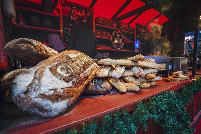 Comida y pan fresco en el mercado de la Navidad de Londres, Londres, Inglaterra, Reino Unido, Europa foto de archivo