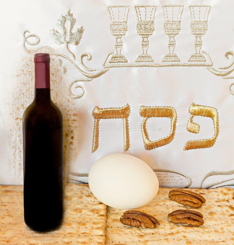 Comida y vino tradicionales para la pascua judía judía foto de archivo libre de regalías