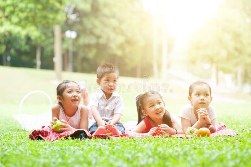 Comidas campestres asiáticas de los niños al aire libre foto de archivo