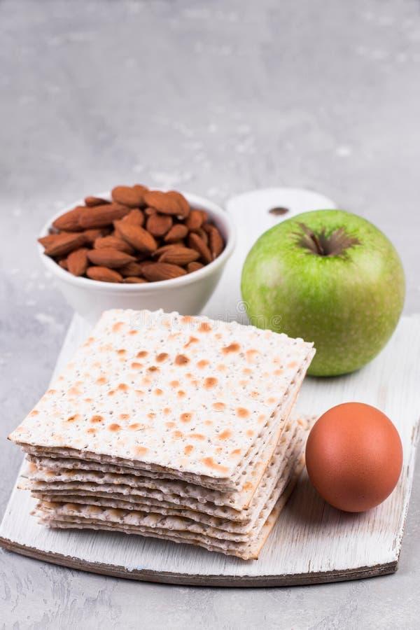 Comidas ceremoniales en el día de fiesta de la pascua judía fotos de archivo