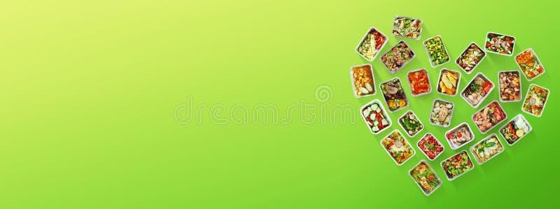 Comidas correctas para el corazón sano en fondo verde foto de archivo