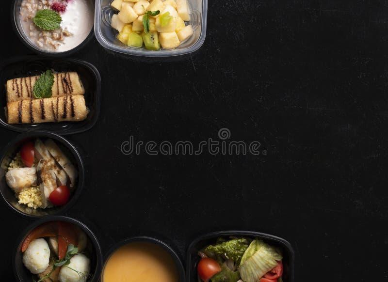 Comidas de la dieta equilibrada en envases de pl?stico, sopa de guisantes, carne cocida al vapor y verduras imagen de archivo libre de regalías