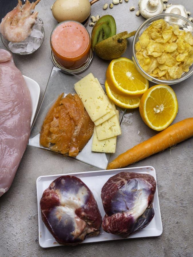 Comidas ricas en la vitamina natural D como pescados, huevos, queso, camarones, caviar, avenas, kiwi, pavo, setas, naranja, zanah imágenes de archivo libres de regalías