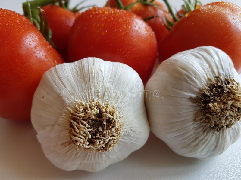 Comidas sanas de los tomates frescos y de las verduras naturales orgánicas del ajo fotos de archivo