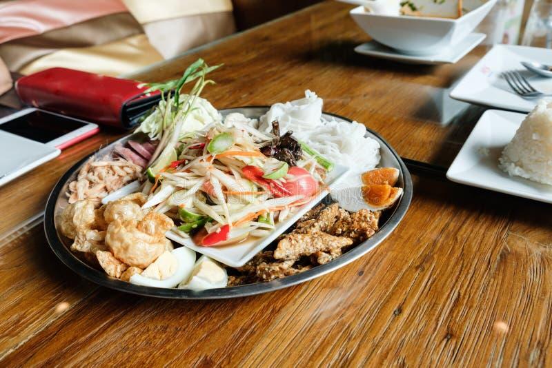 Comidas tradicionales tailandesas de la ensalada de la papaya imagen de archivo libre de regalías