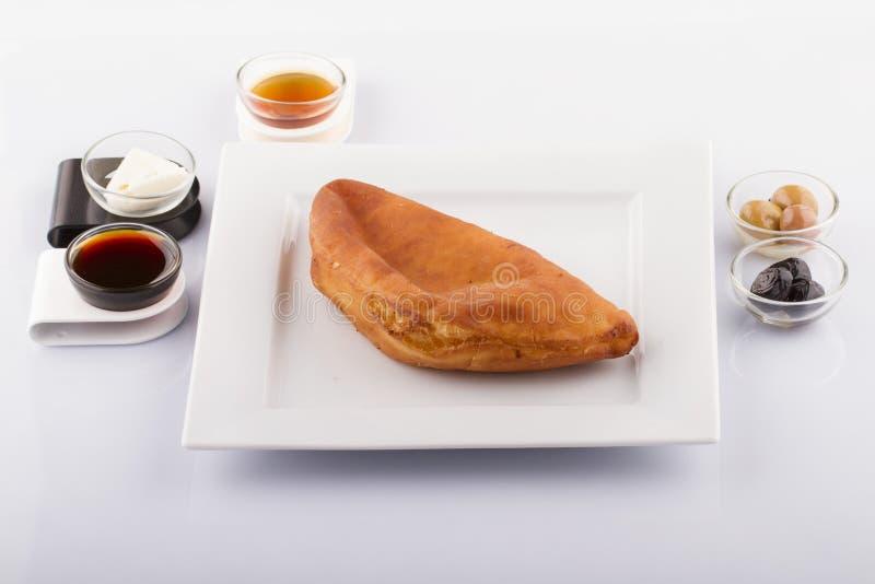 Comidas turcas de los pasteles en un de madera imagen de archivo