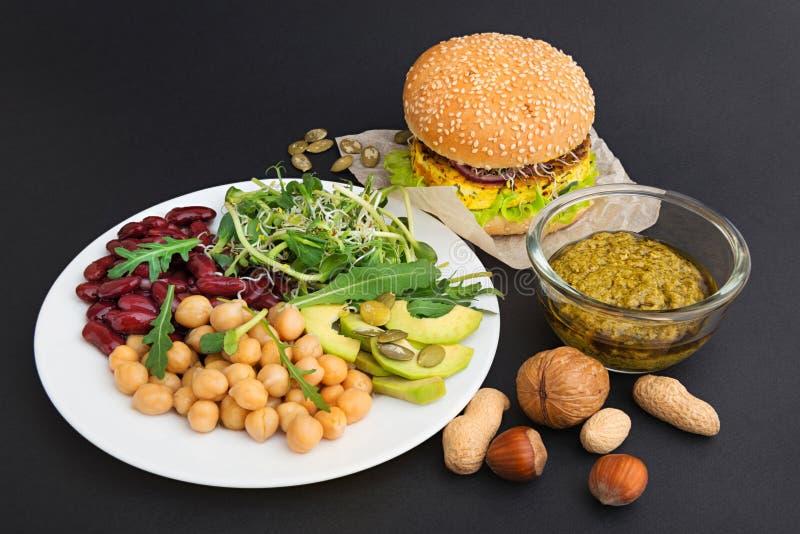 Comidas vegetarianas en fondo negro imagen de archivo libre de regalías